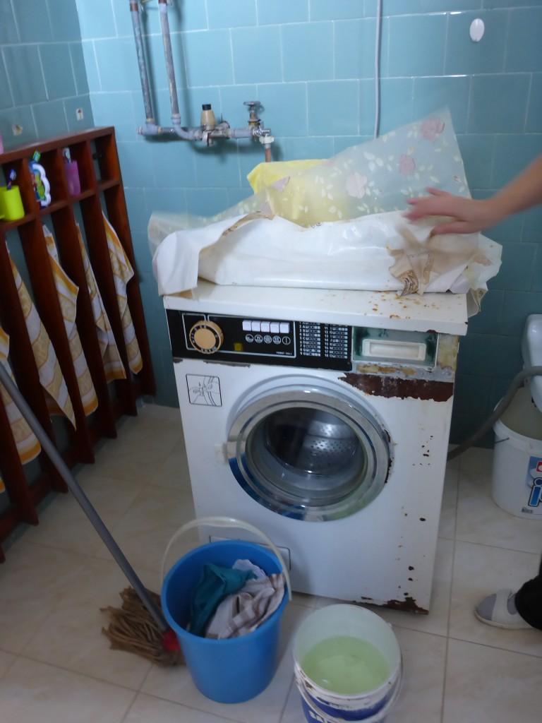 Stará práčka v základnej škole